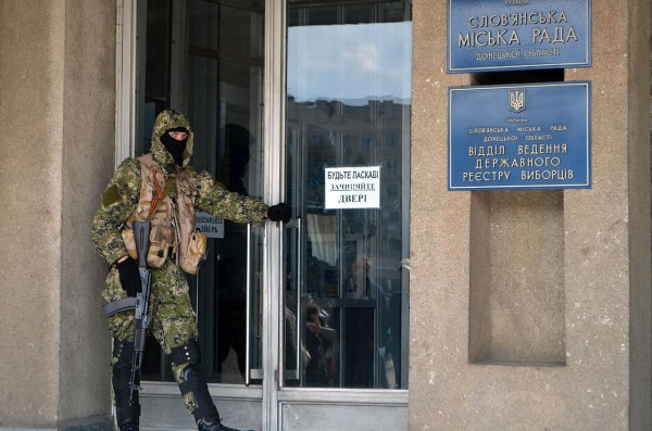 Sloviansk city council under control of armed forces. The masked man is holding Kalashnikov assault rifle. Photo: Yevgen Nasadyuk (CC BY-SA 3.0)