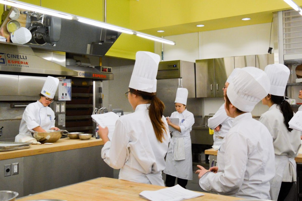 image of Sarah Fortunato in her miniature dessert class with her students